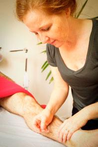 akupunktør lone løvgren på arbejde i sin klinik